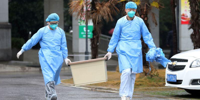 médicos sacando basura